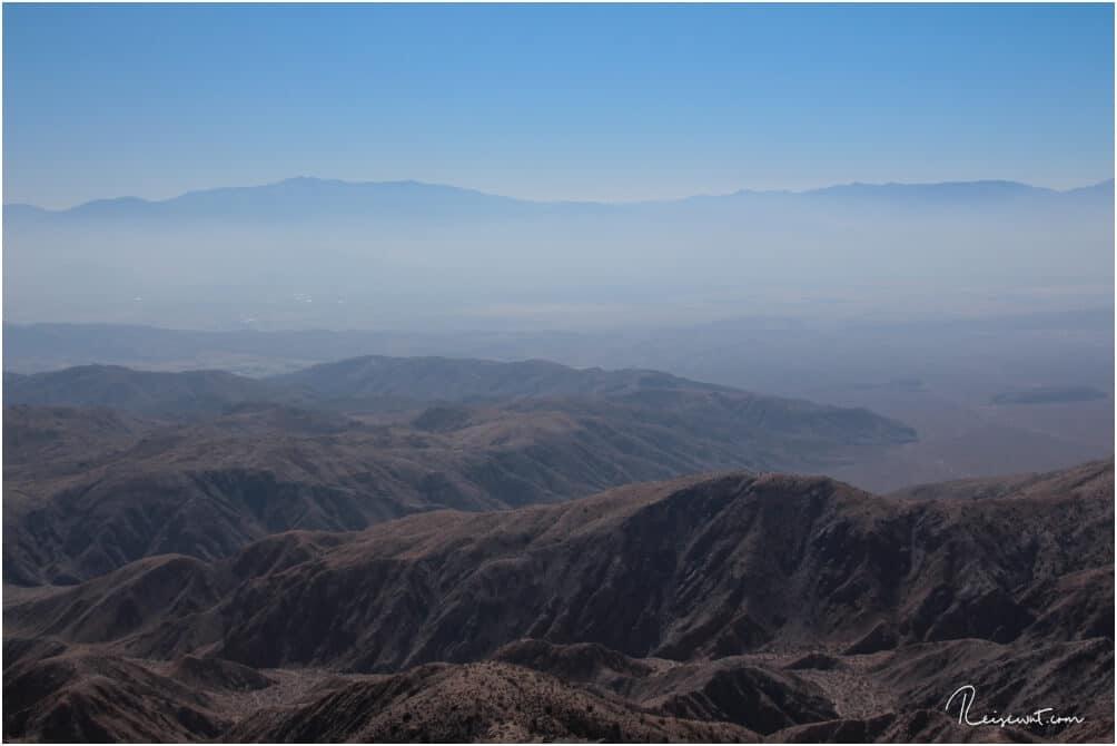 Im Tal sieht man die schmutzige Luft aus Los Angeles abziehen