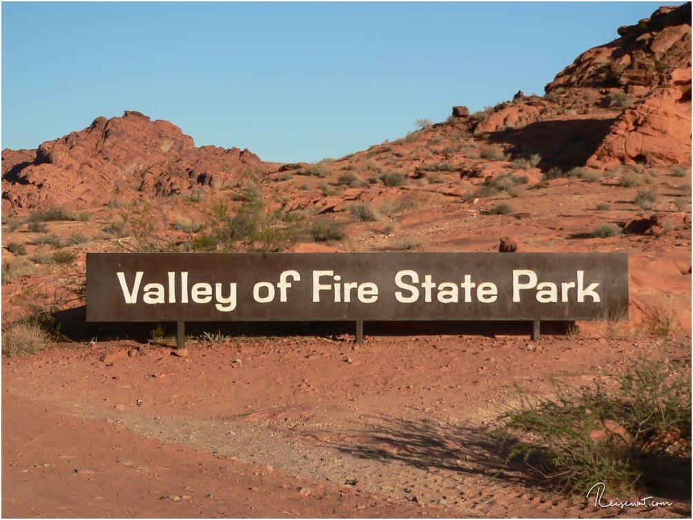 Ein schlichtes, rostiges Schild markiert den Eingang zum Valley of Fire State Park