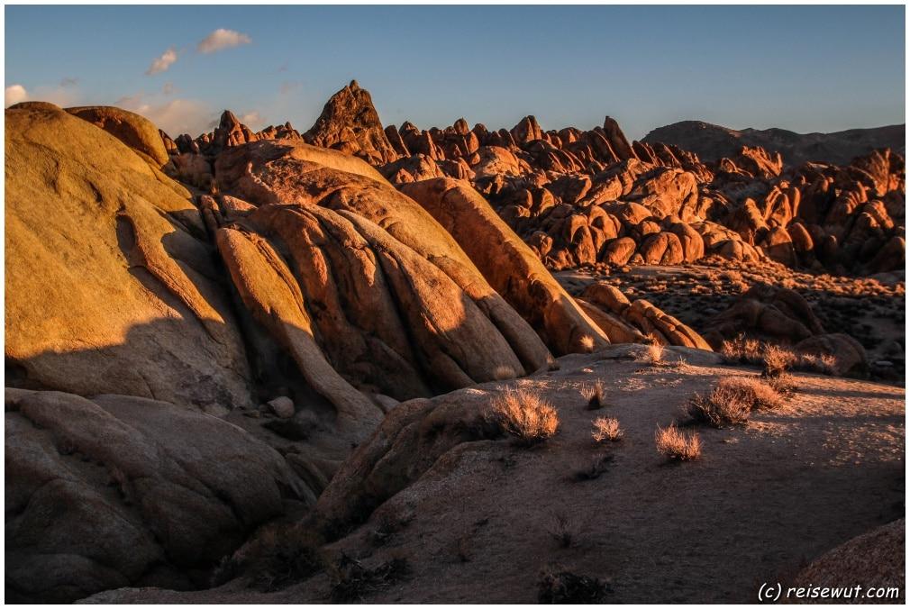 Die tief stehende Sonne taucht die Felsen in warme Farben