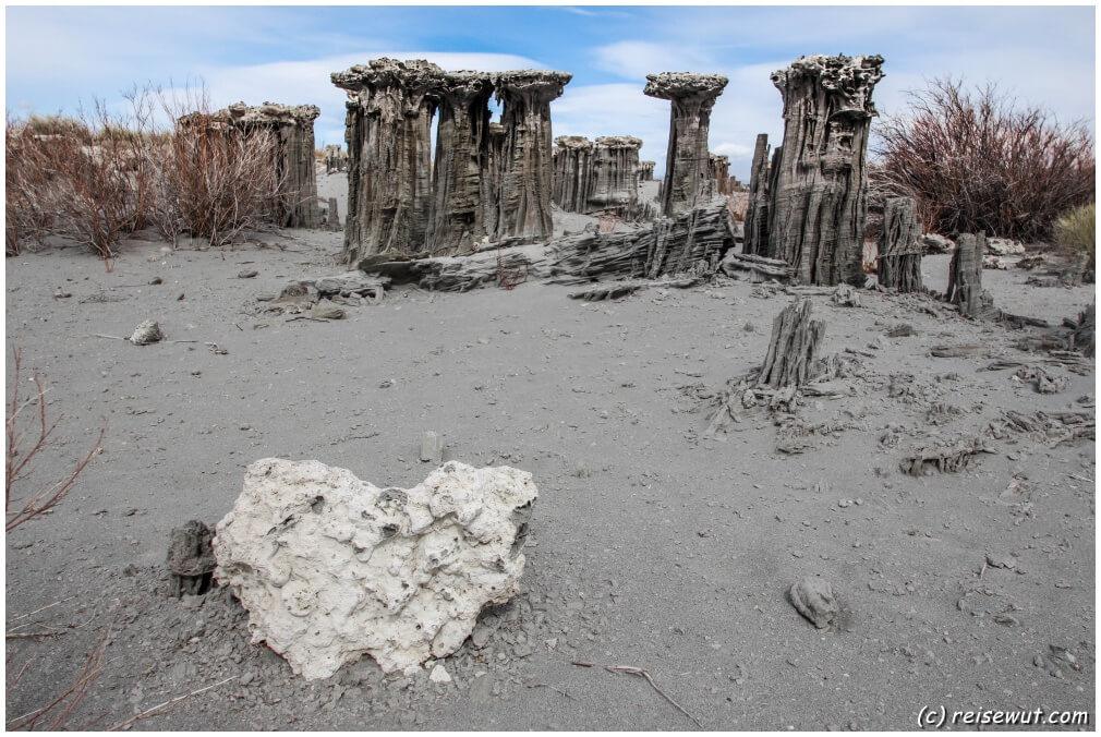 Merkwürdige Gebilde aus Sandstein wurden von Wind und Regen am Navy Beach beim Mono Lake geformt