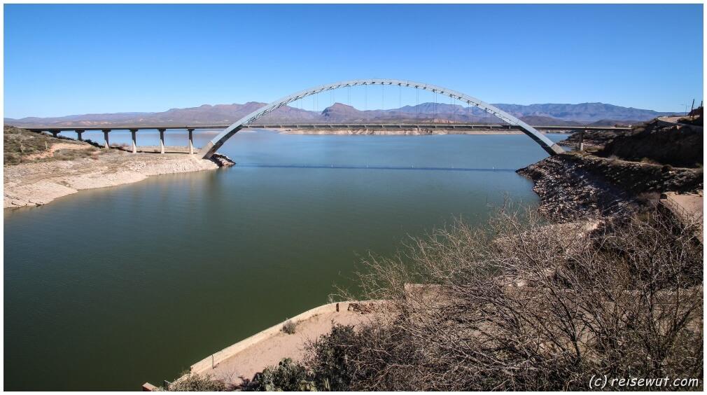Die Brücke kurz hinter dem Staudamm markiert gleichzeitig das Ende des Apache Trails