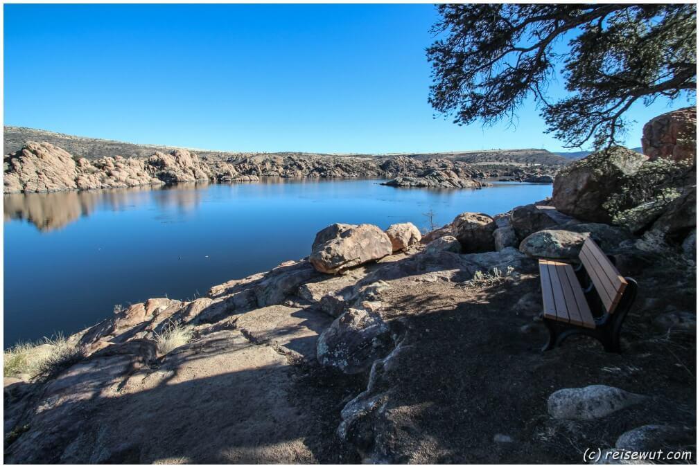 Eine einsame Bank auf dem Trail um den Watson Lake