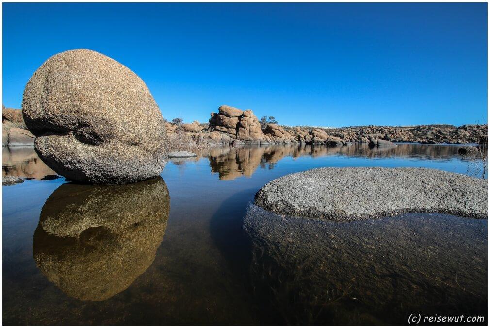 Reflexion eines großen Granitfelsens am Watson Lake