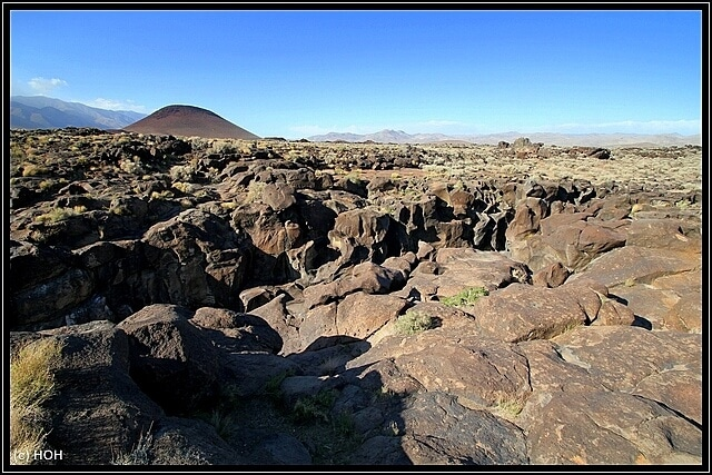 Fossil Falls Recreation Site ... im Hintergrund der Red Hill