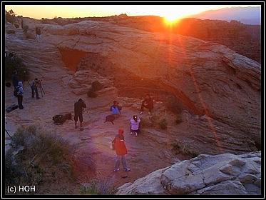 Fotografen beim Sonnenaufgang am Mesa Arch