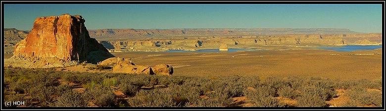 Aussicht auf den Lake Powell, fast in der Mitte des Bildes: Lone Rock