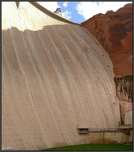 Von unten ziemlich gewaltig ... der Staudamm