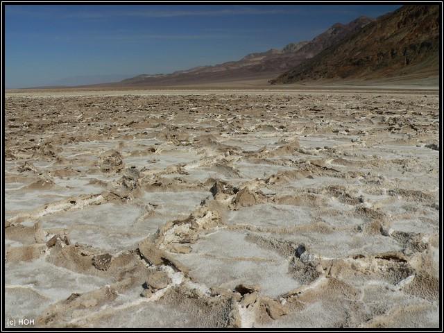 Die aufgebrochene Salzkruste bei Badwater