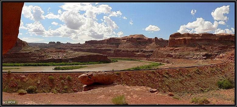 Blick auf den Colorado vom Corona Arch Trail aus gesehen ...