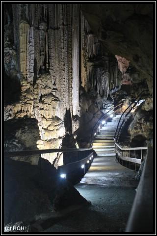 Gute ausgebaute Wege führen durch die Höhle