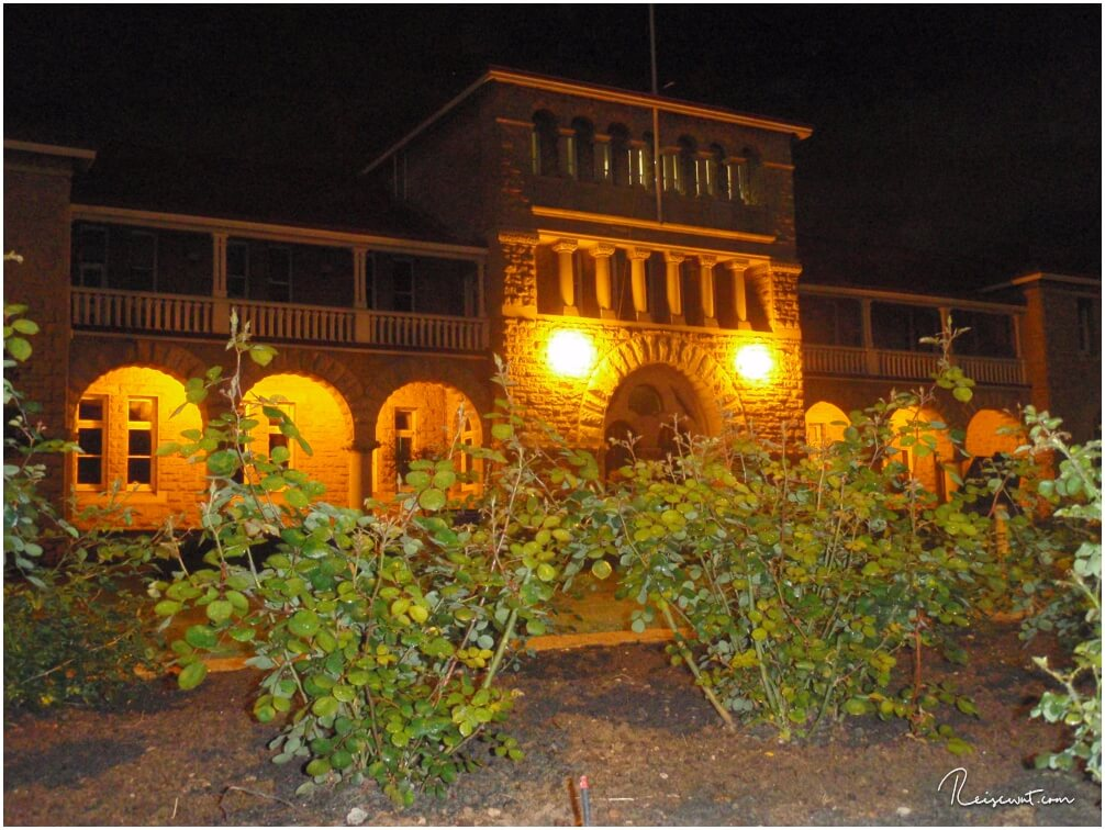 Eingang der Perth Mint bei abendlicher Beleuchtung