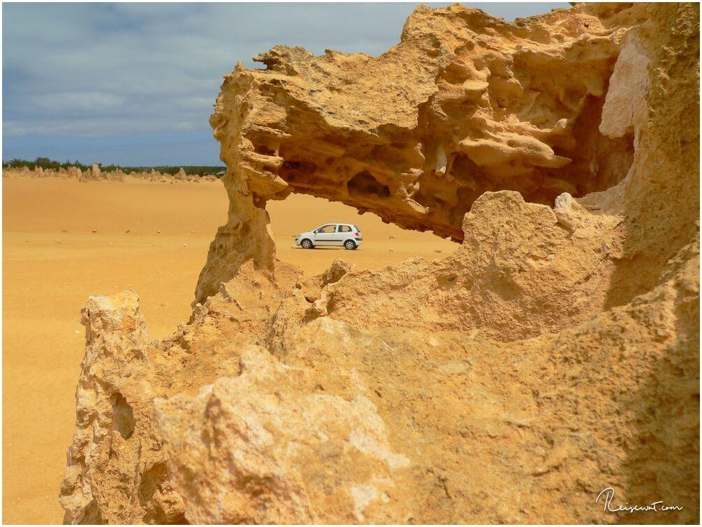 Unser kleiner Mietwagen durch eines der zahlreichen Löcher im Gestein