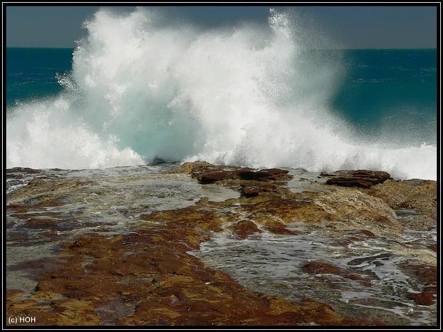 Urgewaltige Wellen klatschen an die Küste