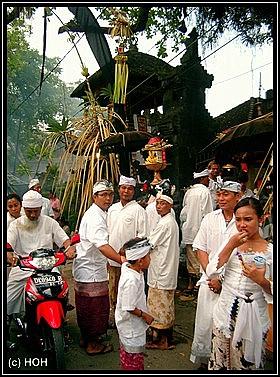 Tempelprozession kurz nach der Ankunft auf Bali