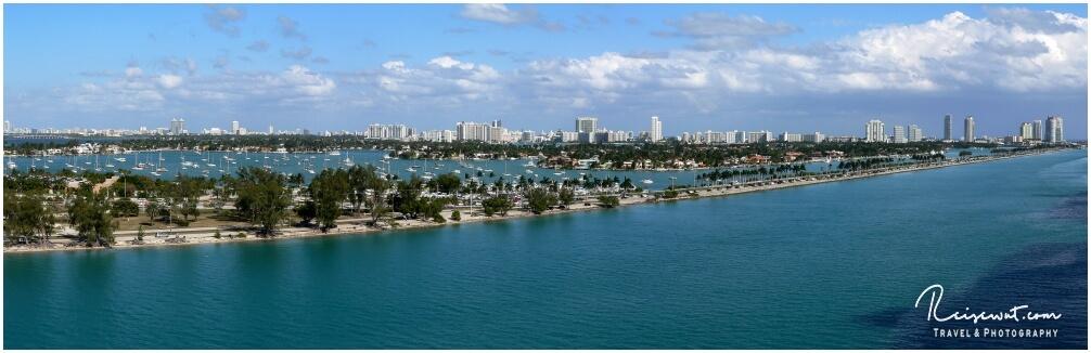 Der Miami Causeway in Richtung Miami Beach, unzählige Male hat man ihn in Serien wie Miami Vice im TV gesehen