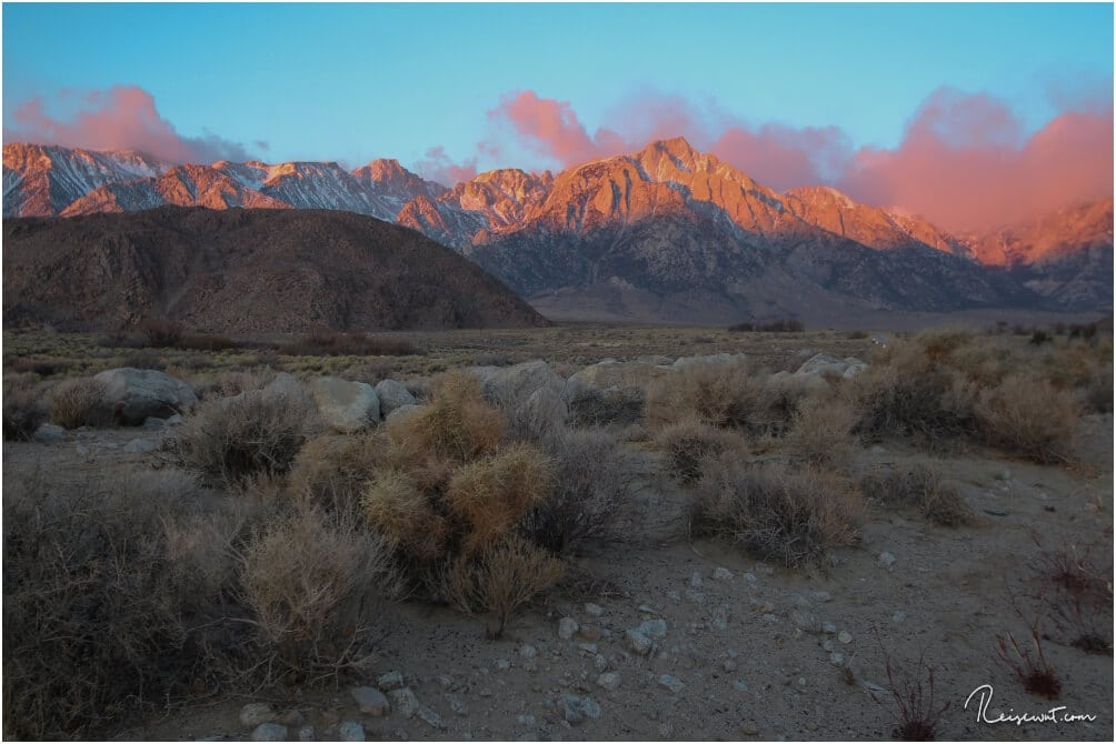 Die gesamte Bergkette wird regelmäßig zum Sonnenaufgang in ein unwirkliches Pink getaucht.