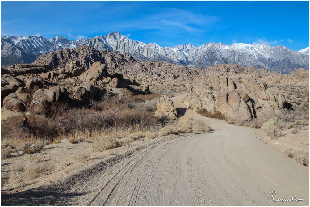 Die nicht asphaltierte Straße windet sich wunderschön durch due Wunderlandschaft der Felsen und Granitsteine