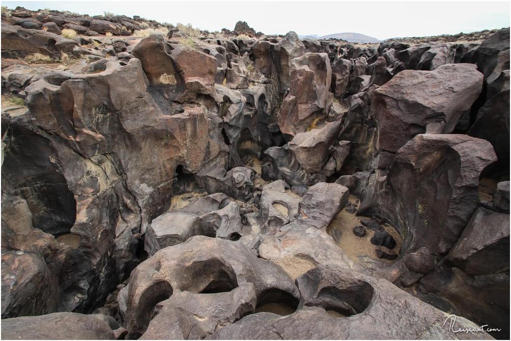 Die Fossil Falls bestehen aus glatt geschliffenem Vulkangestein