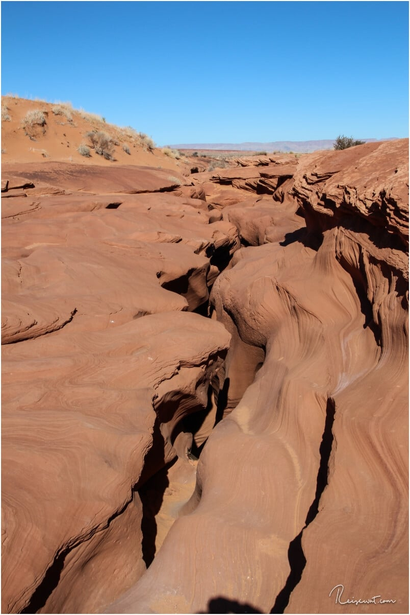 Durch diesen unscheinbaren Spalt gelangt man in den Lower Antelope Canyon