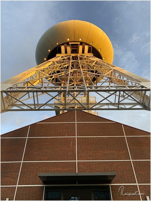 Das Colani-Ufo von unten. Die Strahler leuchten den ganzen Tag