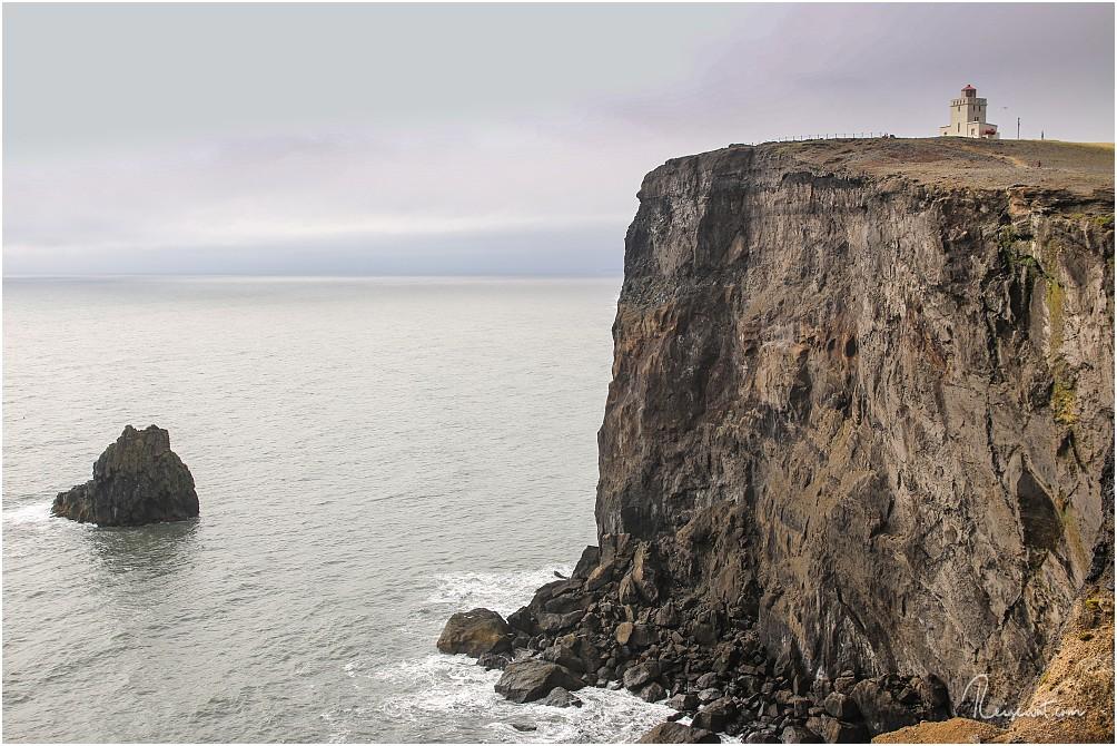 Dyrhólaeyjarviti von der Felsklippe Tóin aus fotografiert