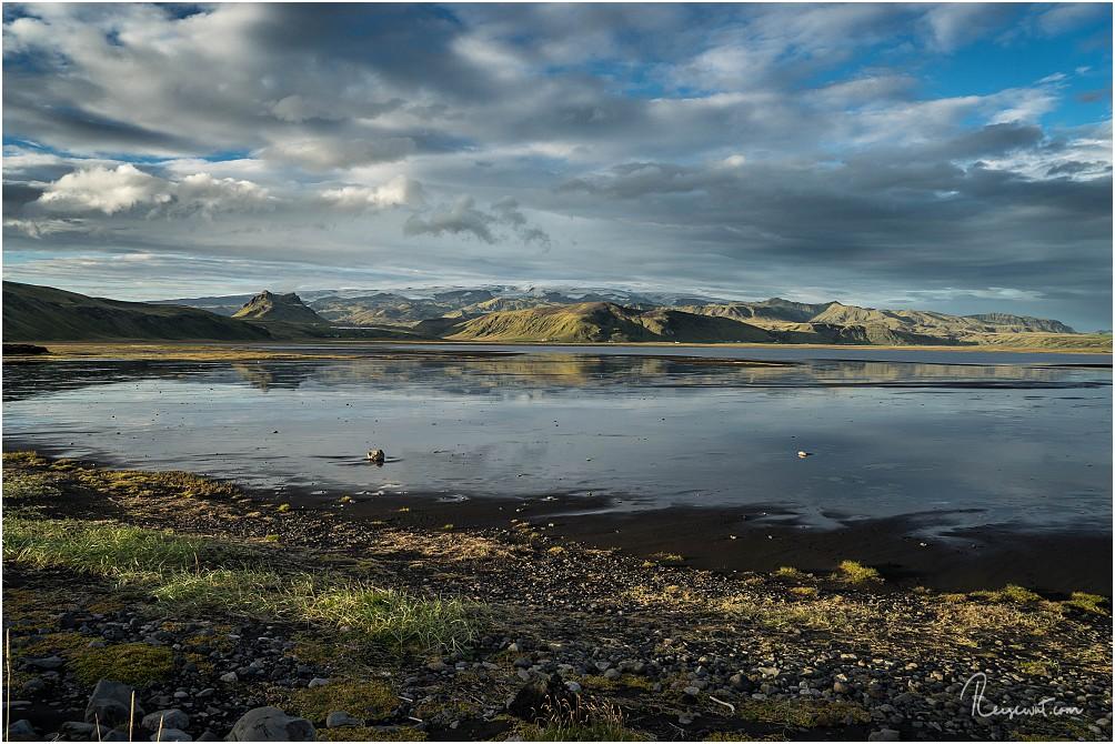 Golden Hour an der Lagune Dyrholaos mit Blick auf Mýrdalsjökull mit Katla