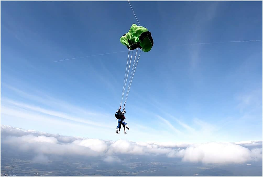 1500 m sind erreicht. Die Leine ist gezogen, der Fallschirm öffnet sich