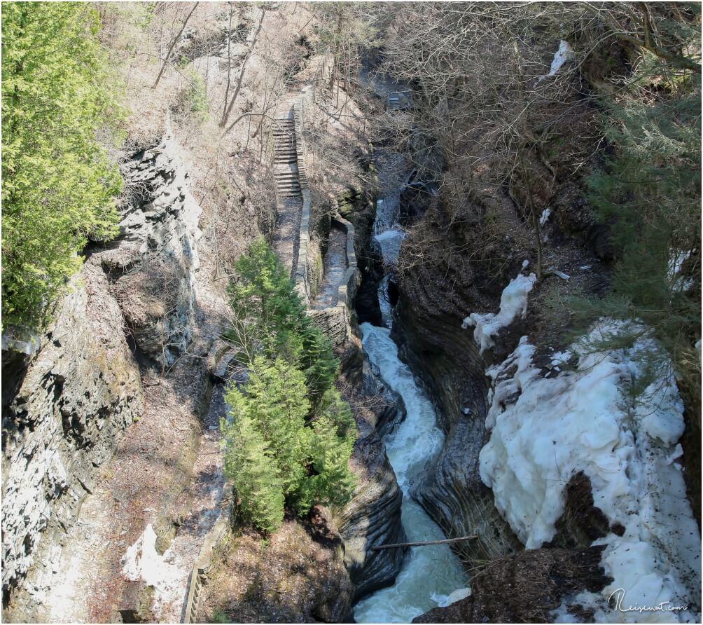 Watkins Glen vom oberen Rim Trail aus gesehen, im April lag seinerzeit noch zu viel Schnee unten in der Gorge und der Zugang war nur oben möglich