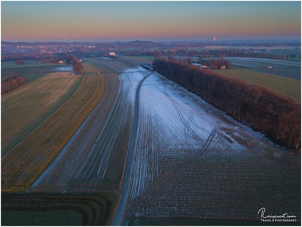 Rauhreif legt sich allmählich über die Felder, Zeichen das es langsam frostiger wird