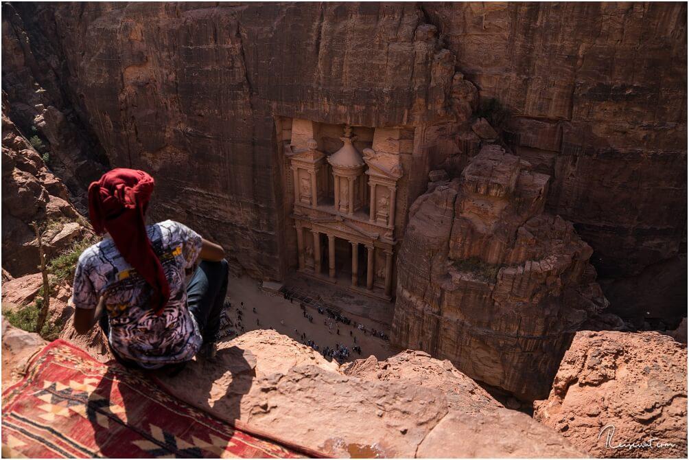 Der Blick vom Ende des Indiana Jones Trails hinunter aufs Schatzhaus in Petra, was um die Mittagszeit im Schatten liegt