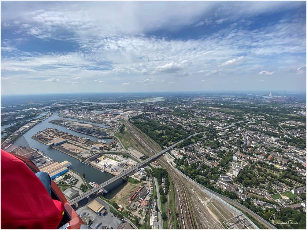 Blick auf den Duisburger Hafen und den Rhein