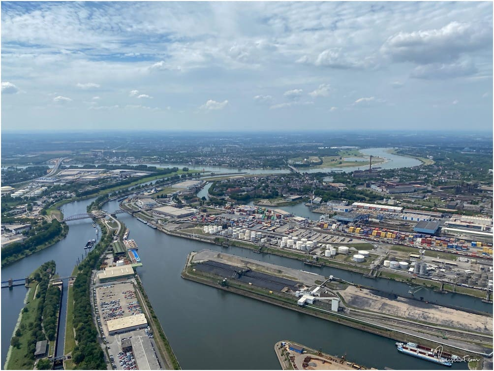 Duisburger Hafen, im Hintergrund der Rhein