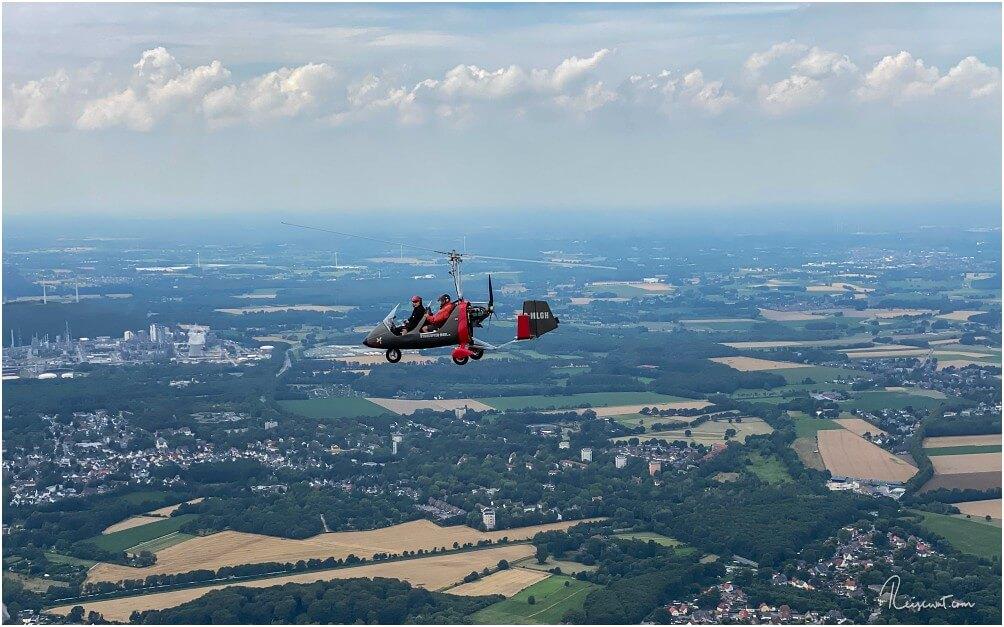 Der Versuch einer Nahaufnahme vom anderen Tragschrauber mit PilotJan-Bernd Donner und Kevin an Board
