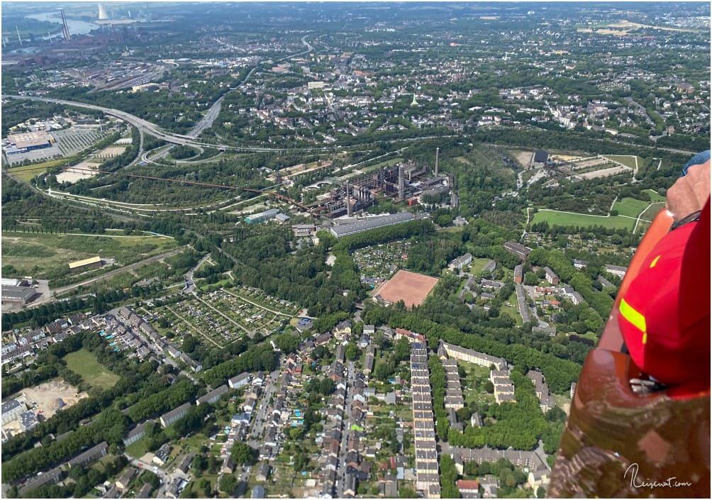In der Mitte erkennt man den Landschaftspark Duisburg-Nord (LaPaDu). Links oben: Der Rhein