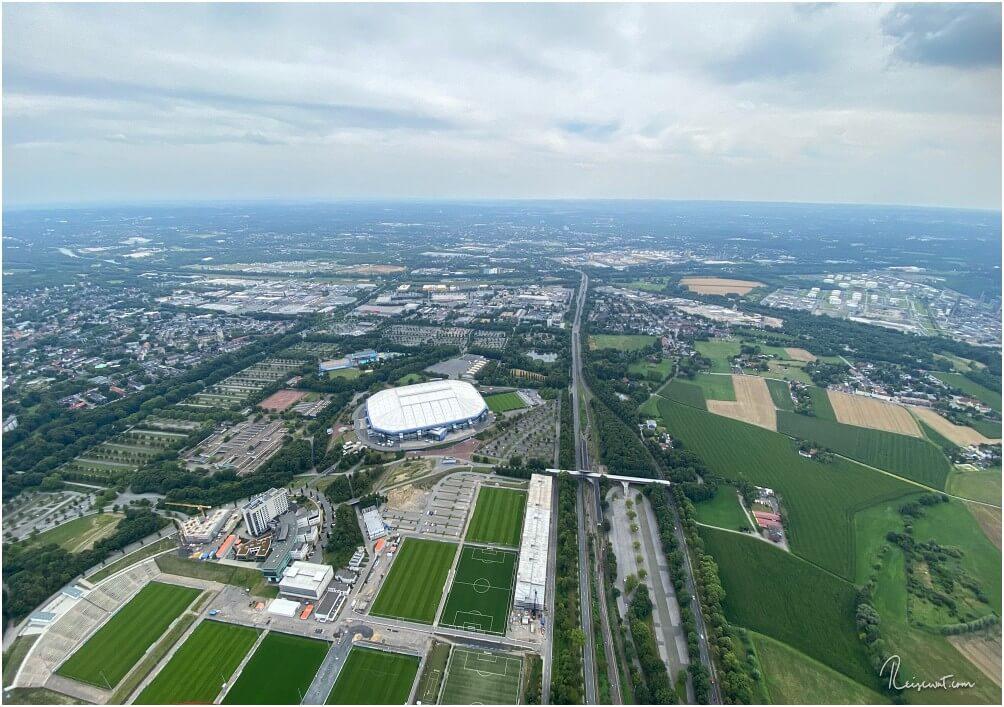 Die Arena auf Schalke aus circa 300 Metern Höhe