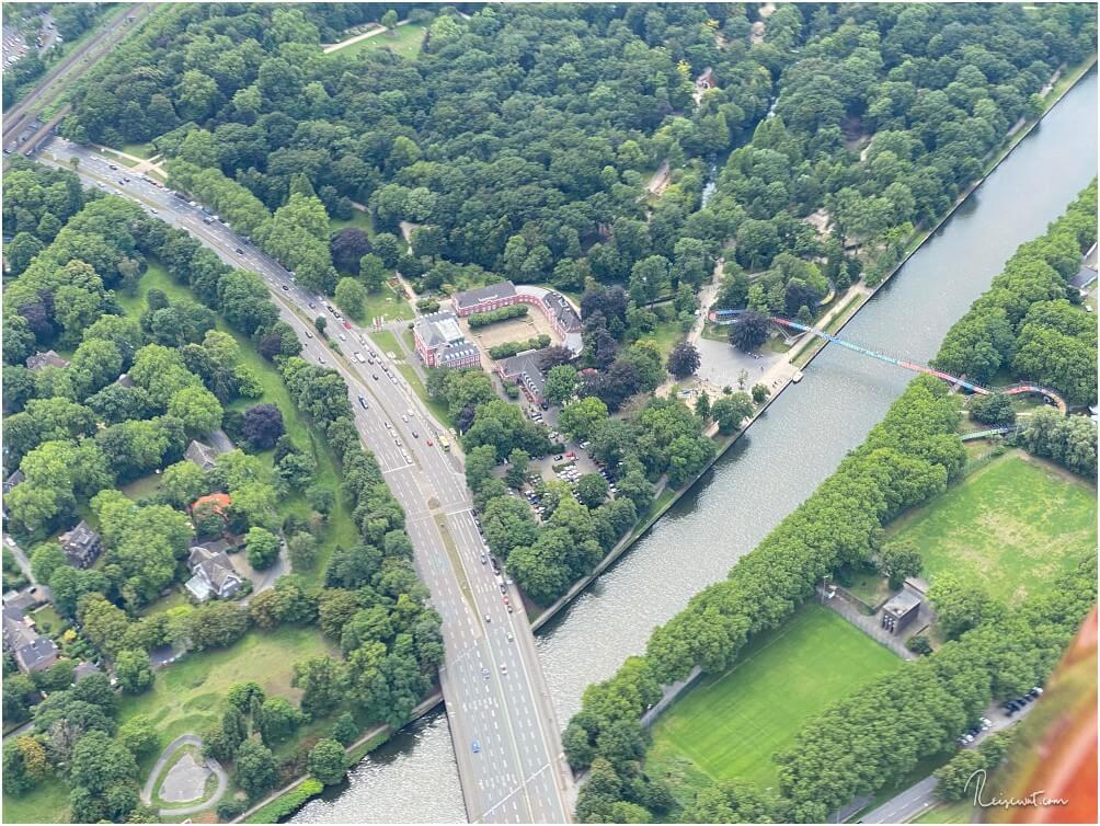 Schloss Oberhausen plus bunter Slinky Springs to Fame Brücke nebenan