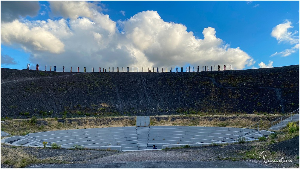 Die BergArena am Fuße der hölzernen Totems liegt gut geschützt in einer Senke
