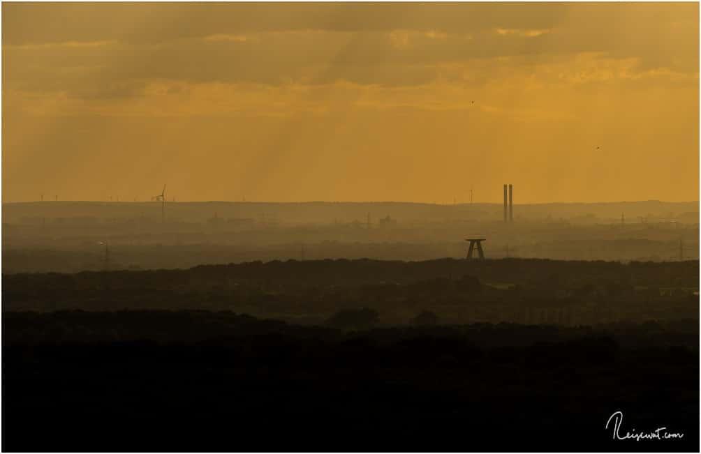 Einzelne Schattierung der Umgebung zur Golden Hour, fotografiert vom Kopf der Halde Haniel