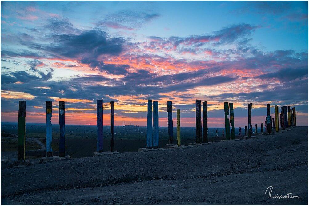 Eine simple iPhone-Aufnahme der Holztotems zum Sonnenaufgang
