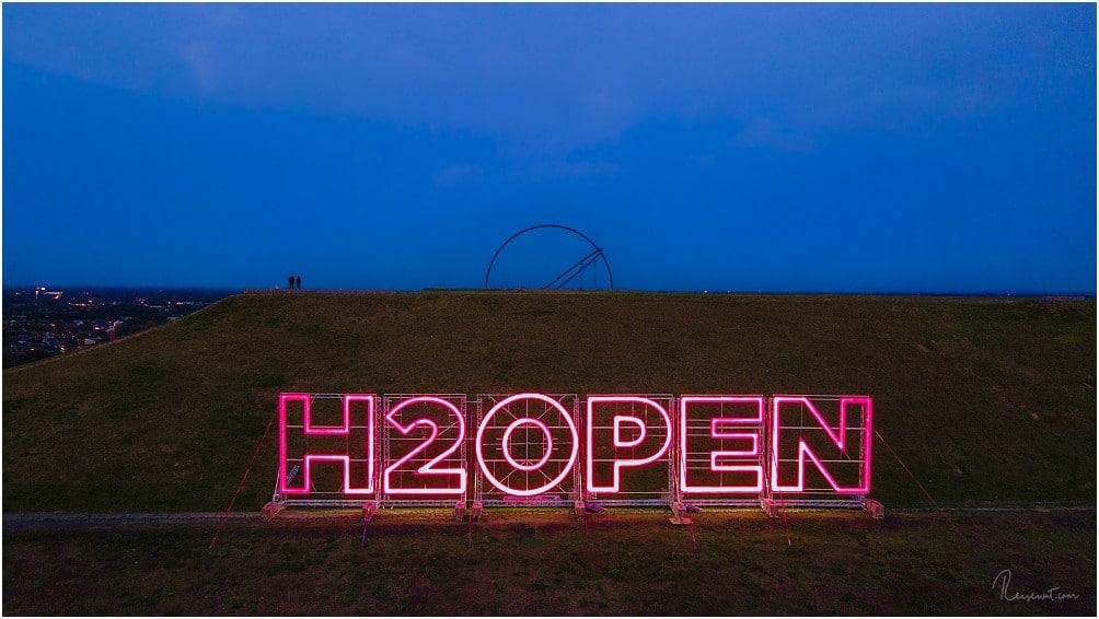 Der gewaltige H2OPEN-Schriftzug ist seit August 2020 auf der Westseite der Halde Hoheward zu finden