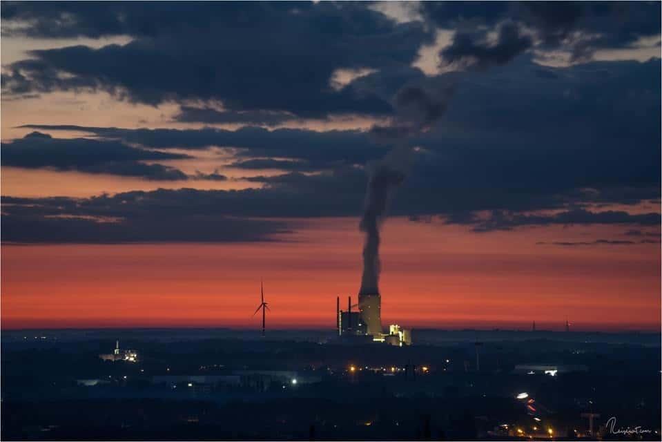 Das Kraftwerk Datteln, kurz vor Sonnenaufgang, oben von der Halde fotografiert