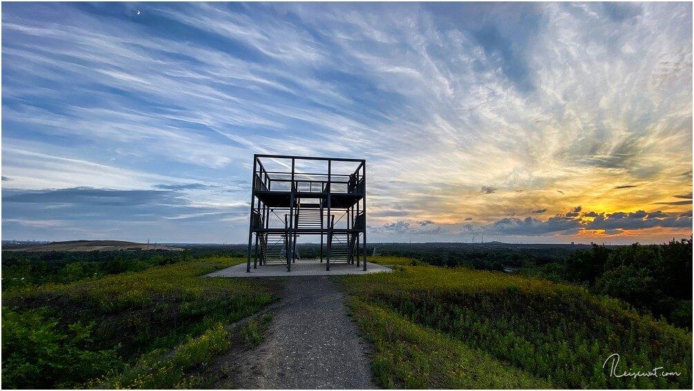 Sonnenuntergang auf der Halde bei der Ewald Empore, dahinter befindet sich unten die Zeche Ewald