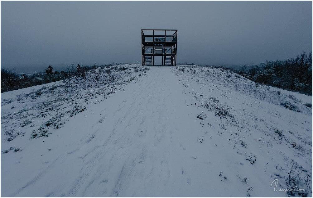 Der Aussichtsturm auf der Seite der Zeche Ewald im Winter