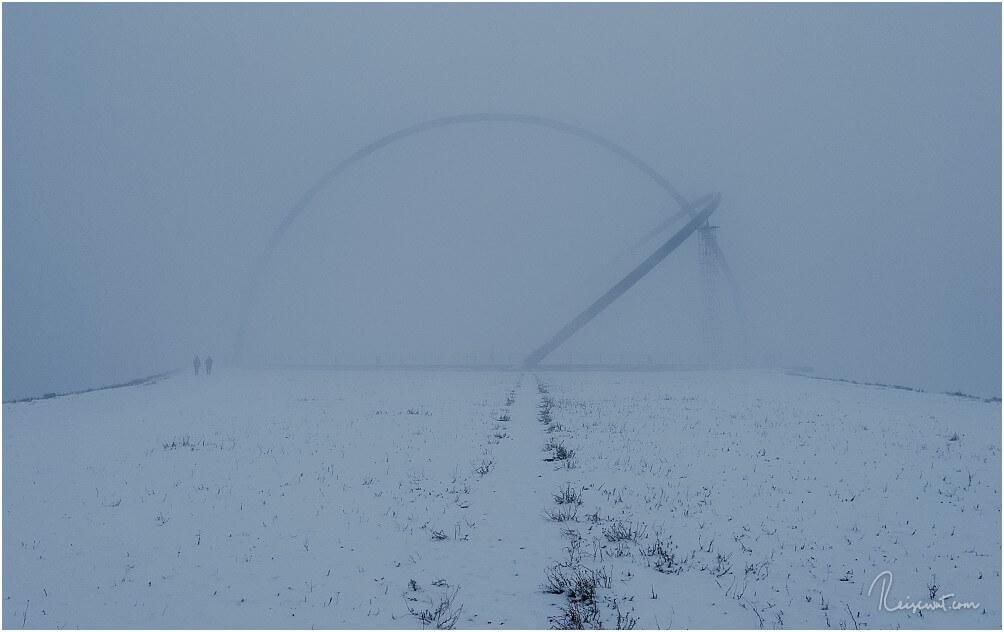 Die beeindruckenden Bögen des Observatoriums verschwinden im Nebel