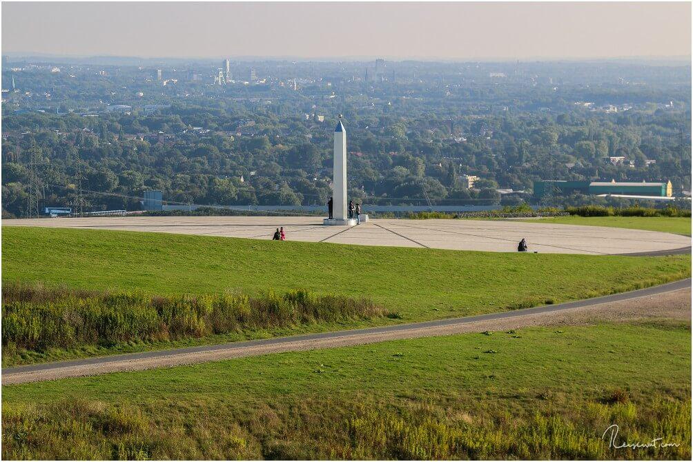 Der Obelisk auf der Halde Hoheward, im Hintergrund blickt man in Richtung Herne. Aufnahme aus dem Sommer.