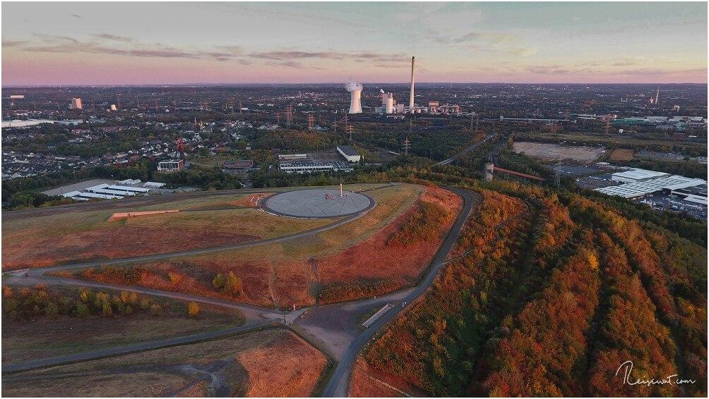 Blick aus der Luft in Richtung Obelisk, aufgenommen im Herbst. Im Hintergrund dasSTEAG Heizkraftwerk Herne
