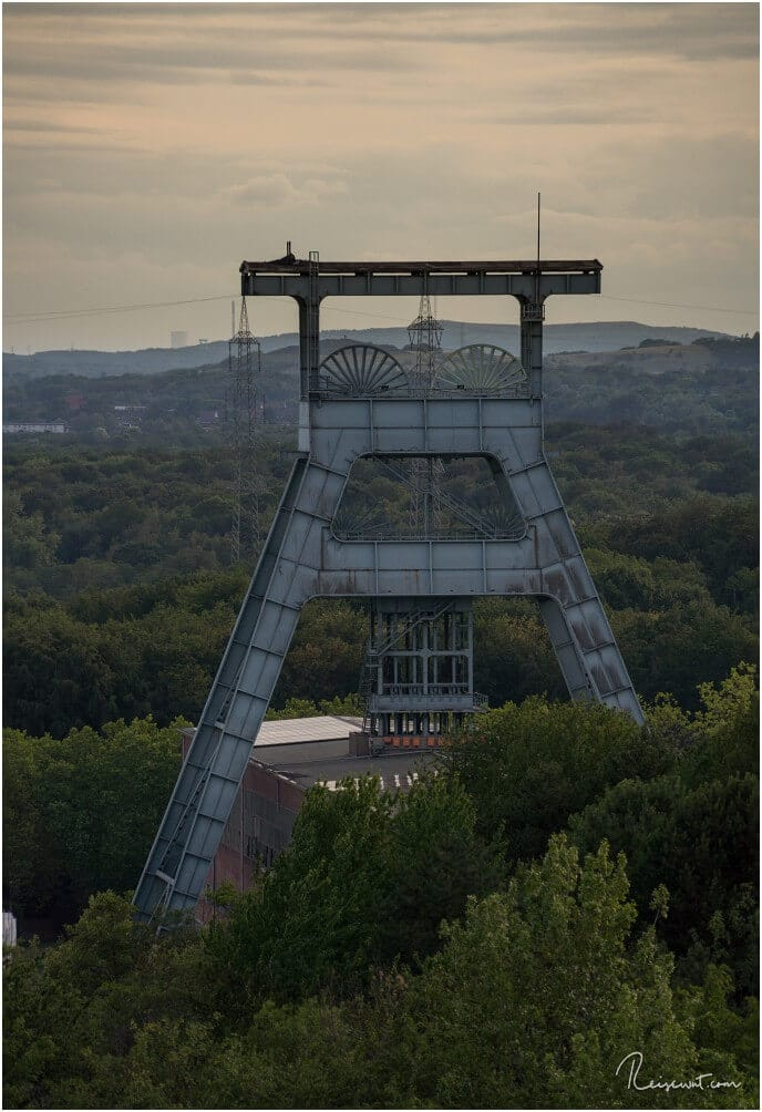 Der Turm der Zeche Ewald, von der Halde Hoheward aus fotografiert