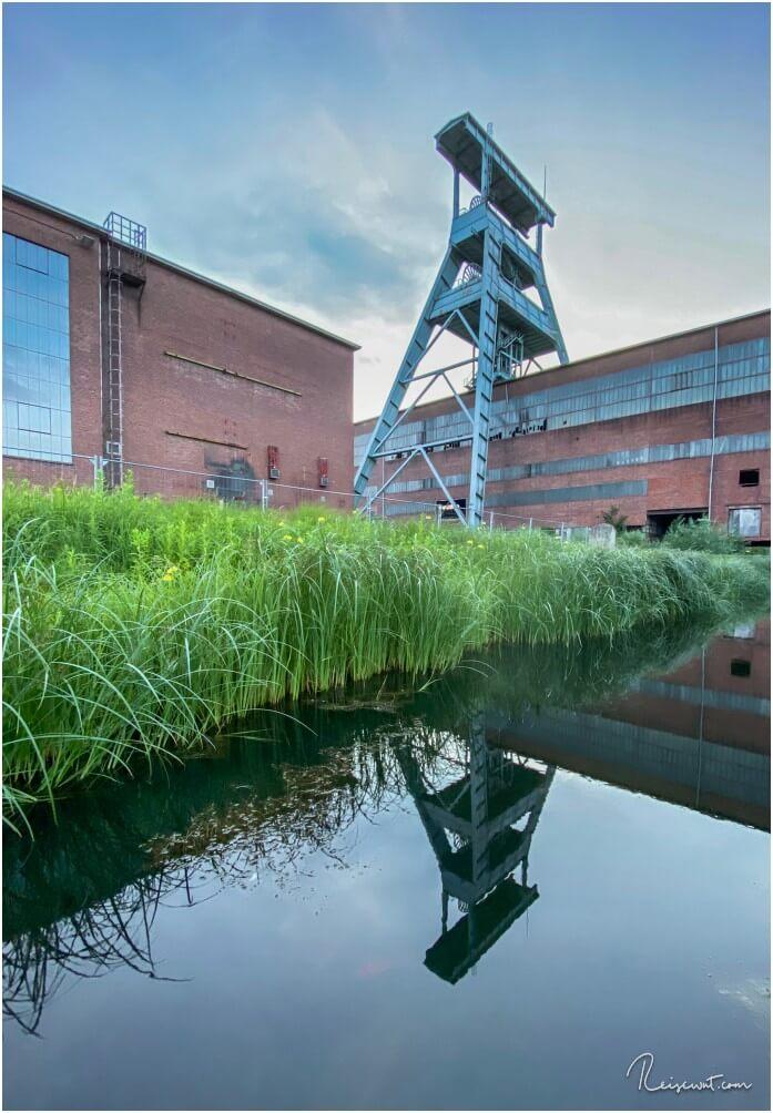 Reflexion des Förderturms der Zeche Ewald im Wasserkanal