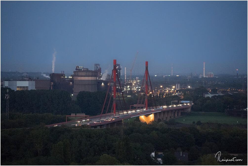 Blick von der Halde Rheinpreussen auf die Beeckerwerther Brücke (A42) und das Thyssen Krupp Werk