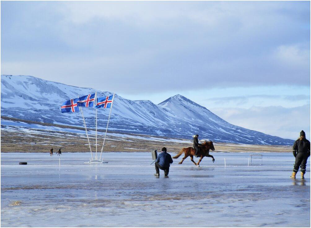 Eistölt-Turnier auf einem zugefrorenen See